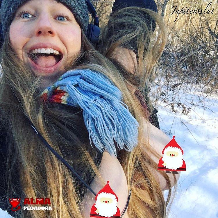 Guapa rubia decora sus enormes pechos con el motivo navideño de Papá Noel