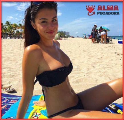Bellezón de mujer posando en la playa con bikini negro