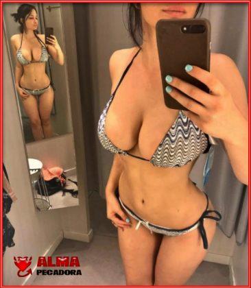 Chica con grandes tetas fotografiándose en bikini