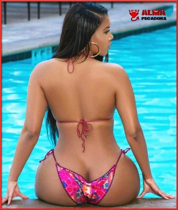 Chica sexy enseñando culo en piscina