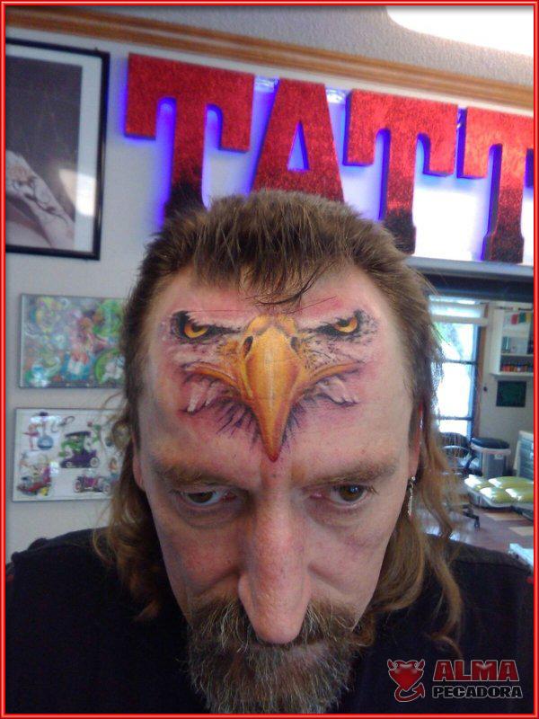 A este hombre le gustan tanto las aves rapaces que decidió tatuarse una en la frente