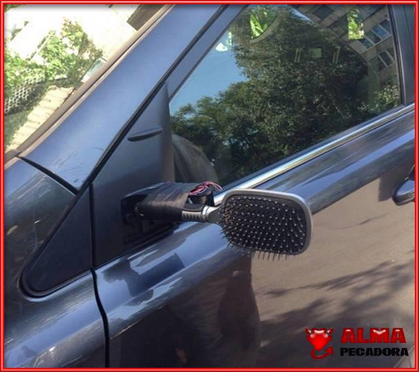Arreglar el espejo roto del coche con un cepillo del pelo que tiene espejo . Qué manitas !!