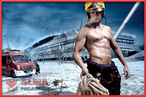 Este bombero más que apagar fuegos los enciende con su cuerpo diez