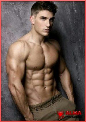 Este chico sin camiseta nos muestra su potencial físico