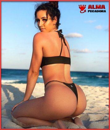 Impresionante morena con un culo espectacular disfrutando de la playa