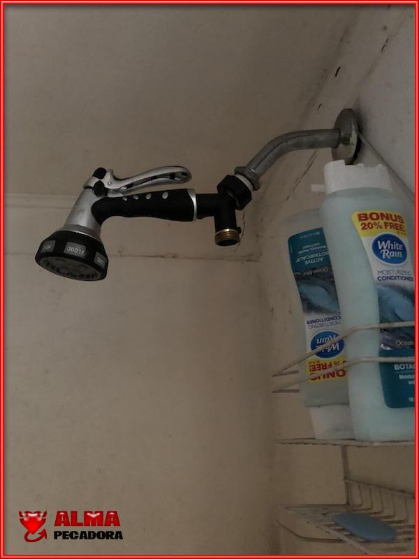 Que se rompe el telefonillo de la ducha , pues coges el grifo de la manguera del jardín y listo