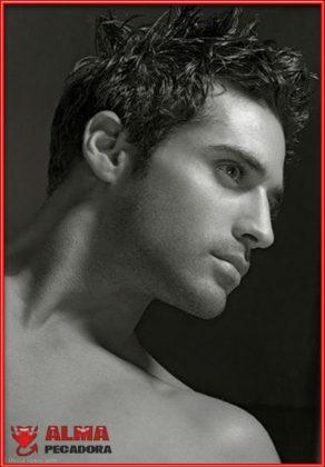 Rostro de un modelo muy guapo en una fotografía en blanco y negro