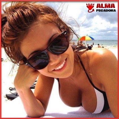 Bellísima mujer en bikini en la playa con unas tetas de escándalo