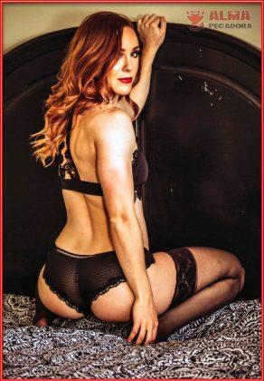Foto en lencería de esta modelo posando de forma muy sensual y provocativa