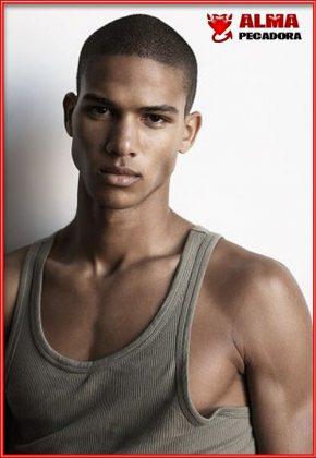 Si te gustan los modelos de color aquí tienes este chico guapo y musculoso