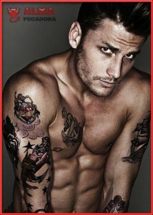 Sabemos que os encantan los chicos guapos con tatuajes y sin camiseta , por eso te traemos este guapetón.