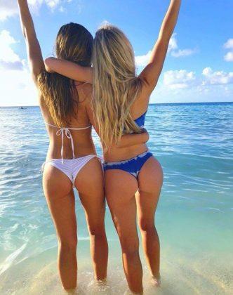 Estás dos chicas nos crean un dilema y es que hay que elegir entre Bikini blanco o bikini azul