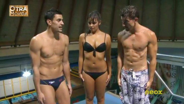 Cristina Pedroche en bikini negro luciendo tetas junto Adrián Lastra