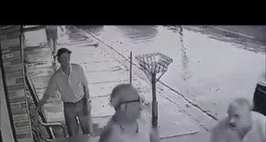 Arriesga su vida para salvar a una rubia