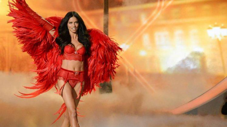 La top model Adriana Lima en bragas y sujetador rojo - Lencería muy picante y sexy -