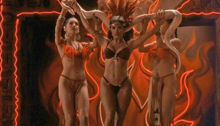 Baile sexy de Salma Hayek con la serpiente en Abierto hasta el Amanecer