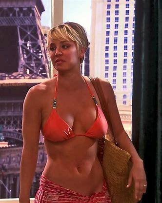 La actriz Kaley Cuoco en bikini naranja muy sexy