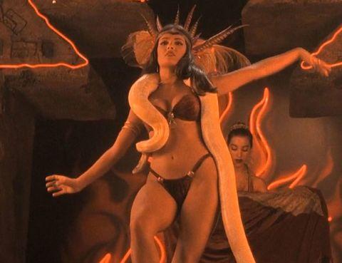 Salma Hayek con la serpiente bailando en película