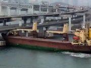 Marinero borracho estrella el barco contra un puente en Corea del Sur