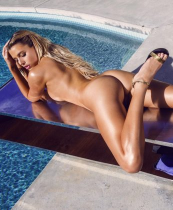 La top model Monica Sims en topless en una piscina