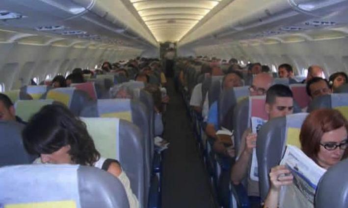 Puedes reservar el vuelo y ver si hay algún niño pequeño cerca para ponerte más lejos
