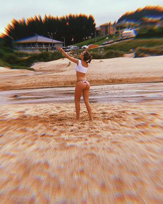 Ester Exposito en bikini no enseña su potente culo