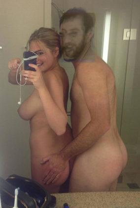 Kate Upton desnuda haciéndose un selfie enseñando tetas y culo