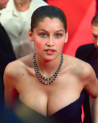 Fotos y videos de Laetitia Casta en topless enseñando sus grandes tetas