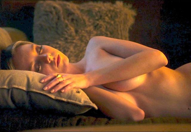 La guapa actriz de Elite Ester Exposito desnuda enseñando las tetas