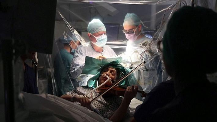 Mujer toca el violín mientras le operan el cerebro